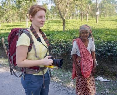 Komchana, 70 år har plockat teblad i 60 år. Här får Louise en pratstund med henne.