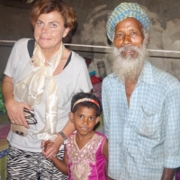 Morfar tar hand om Shristi i veckorna