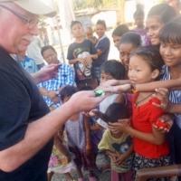 Peter fördelar leksaksbilar till allmän glädje