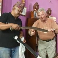 Här visar Sudhir Moktan gurkhakniven som han använde i närstrider. Kjell flankerar honom.