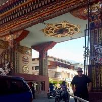 Peter framför portalen som delar upp en stad mellan två länder: På ena sidan rysliga Jaigaon, på andra Siam renliga Phuntsholing