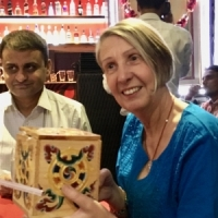 """Tina avtackades med en Bhutanesisk gåva. Till vänster Mr Vishal, resebyråns """"Mr Delhi""""."""