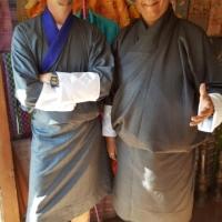 """Kent och Jens poserar i varsin """"go"""", den traditionella dräkten som används (till vardags) av män i Bhutan."""