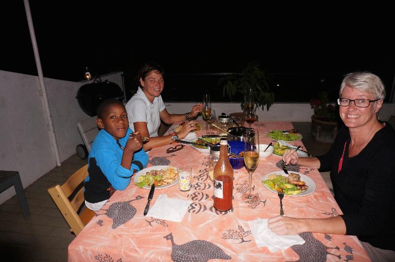 Sista kvällen av en upplevelsefylld och stressfri semester. Lena har grillat tonfisk och scampi, jag njuter och rekapitulerar 18 fantastiska dagar!